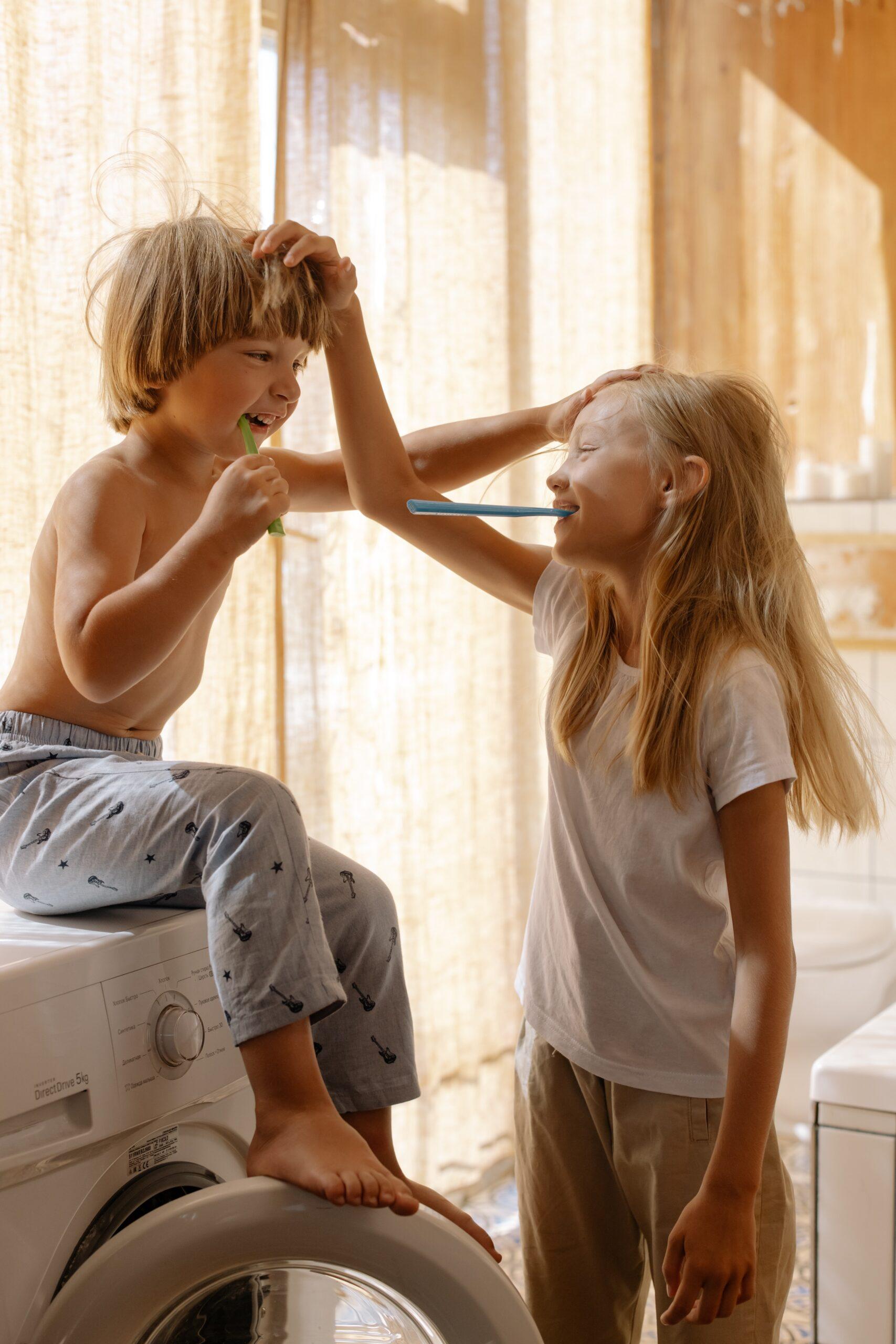 Hermano y hermana lavandose los dientes Encuentro Matrimonial